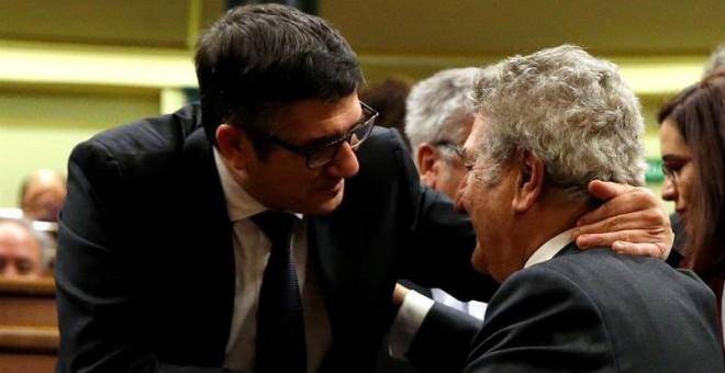 Jesús Posada saluda Patxi López, su sucesor en la presidencia del Congreso. / EFE