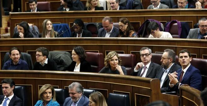 Los ministros en funciones de Industria, José Manuel Soria; Empleo, Fátima Báñez; Educación, íñigo Méndez de Vigo, y Fomento, Ana Pastor (i-d), los líderes de Podemos, Pablo Iglesias (i, segunda fila), y de Ciudadanos, Albert Rivera (d, segunda fila), y d