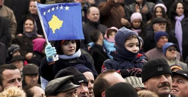 Un niño muestra una bandera de Kosovo durante la ceremonia de celebración del cuarto aniversario de la independencia unilateral del país, en la capital Pristina, en 2012. EFE