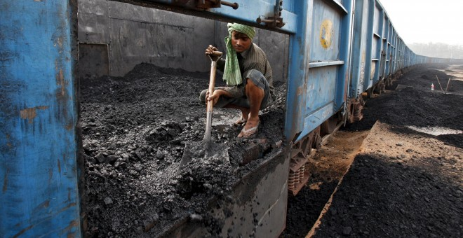 Un trabajador del carbón descarga un tren en Chandigarh, India, en 2014.- REUTERS/Ajay Verma