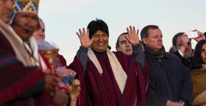 El presidente de Bolivia, Evo Morales, agradeció la década que lleva en la Presidencia con ritos dedicados a la Pachamama (Madre Tierra) en la antigua ciudadela de Tiahuanaco (Bolivia).- EFE