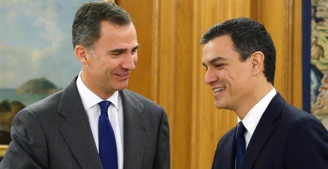 El rey Felipe VI recibe al secretario general del PSOE, Pedro Sánchez (d), dentro de la ronda de consultas. /EFE