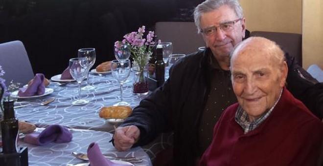 Marcos Ana junto a dos de los estudiantes que le invitaron a dar un recital en Argentina el 23 de septiembre de 1963.- PATRICIA CAMPELO