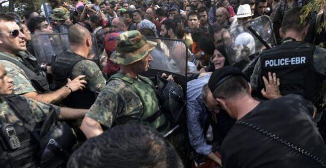 Tensión entre policía e inmigrantes en la frontera entre Grecia y Macedonia. EFE