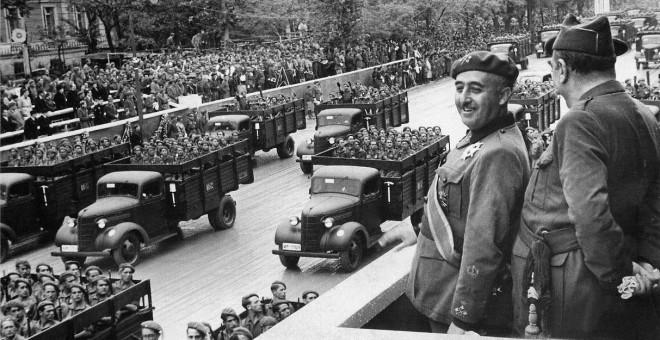 Francisco Franco durante un desfile del Ejército