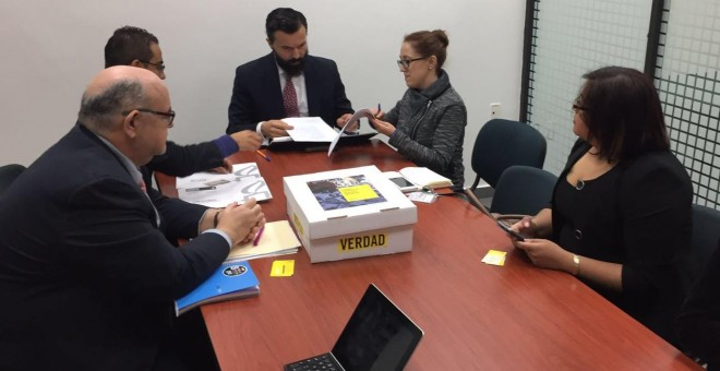 Imagen del encuentro de representantes de las organizaciones denunciantes y miembros de la Procuraduría General de México.- AI