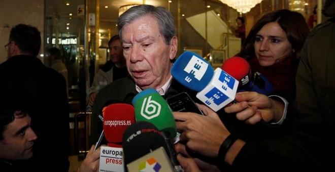El el exministro del Interior, José Luis Corcuera, a la salida de la reunión de la 'vieja guardia' del PSOE. - EFE