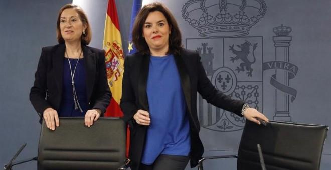 La vicepresidenta del Goberno en funciones, Soraya Sáenz de Santamaría (d) y la ministra de Fomento, Ana Pastor, momentos antes de la rueda de prensa posterior a la reunión del Consejo de Ministros. /EFE