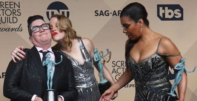 Las actrices Lea DeLaria, Emma Myles y Jessica Pimentel, de la serie 'Orange is the New Black', con sus premios del Sindicato de Actores de EEUU. REUTERS/Mike Blake