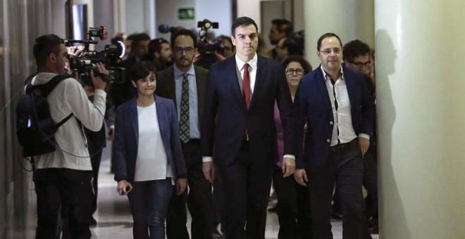 Pedro Sánchez llega al Congreso para ofrecer la rueda de prensa posterior a su entrevista con el rey. / EMILIO NARANJO (EFE)
