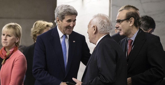 El ministro español de Exteriores en funciones, José Manuel García Margallo, saluda al secretario de Estado de EEUU, John Kerry, durante la reunión de este martes de la coalición internacional contra el autodenominado Estado Islámico (EI). EFE/Angelo Carc