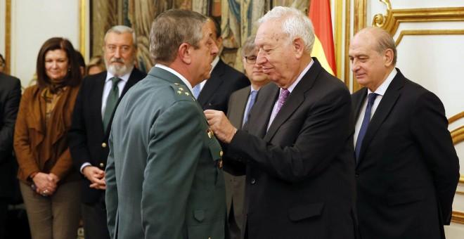 El ministro de Exteriores, José Manuel García-Margallo, y el titular del Interior, Jorge Fernández Díaz, durante el acto de imposición de condecoraciones a miembros de las fuerzas y cuerpos de seguridad del Estado por servicios relevantes en asuntos de Gi