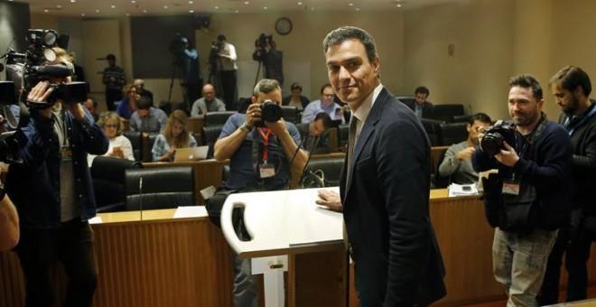 El líder del PSOE y candidato a la Presidencia del Gobierno, Pedro Sánchez, al comienzo de la rueda de prensa que ha ofrecido hoy en el Congreso al finalizar los primeros contactos con los diferentes portavoces parlamentarios, después de ser propuesto aye