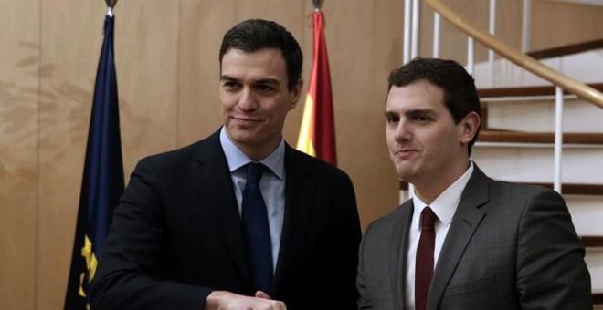 El secretario general del PSOE, Pedro Sánchez, y el presidente de Ciudadanos, Albert Rivera, momentos antes de la reunión que han mantenido hoy en el Congreso, dentro de la ronda de contactos que el líder socialista mantiene con dirigentes de las diferent