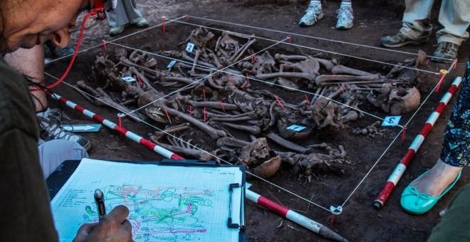 Tareas de exhumación en la fosa de Barcones por los expertos de la sociedad Aranzadi.