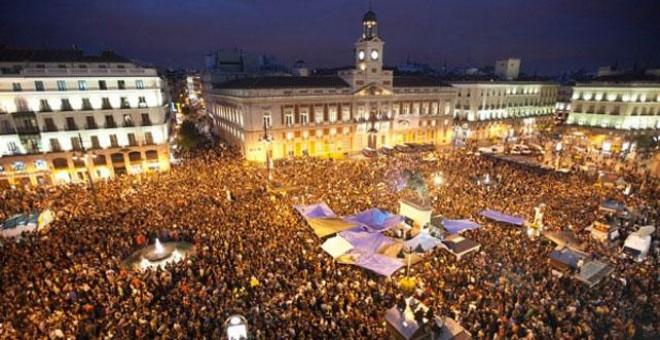 La Plaza de Sol en Madrid de noche llena de manifestantes del 15M./Público