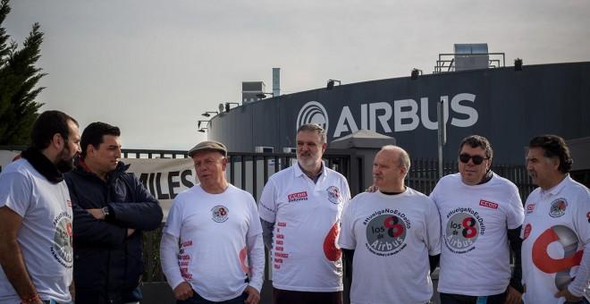 Siete de los acusados conocidos como 'Los Ochos de Airbus', a las puertas de la fábrica, en Getafe.-JAIRO VARGAS