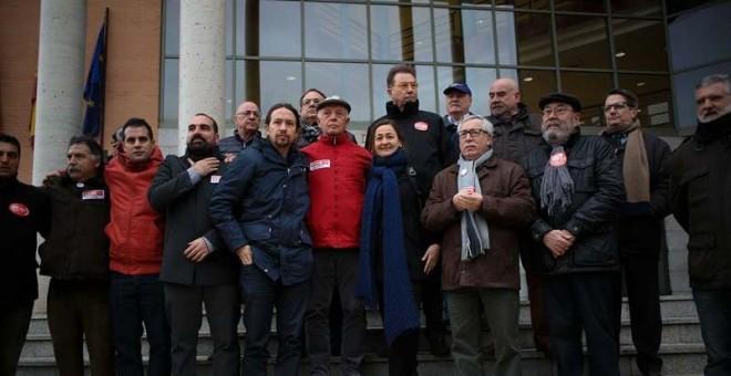 Pablo Iglesias, quinto por la izquierda, y Luz Rodríguez, secretaria de Empleo del PSOE junto a Toxo y Méndez y los acusados. / J.V