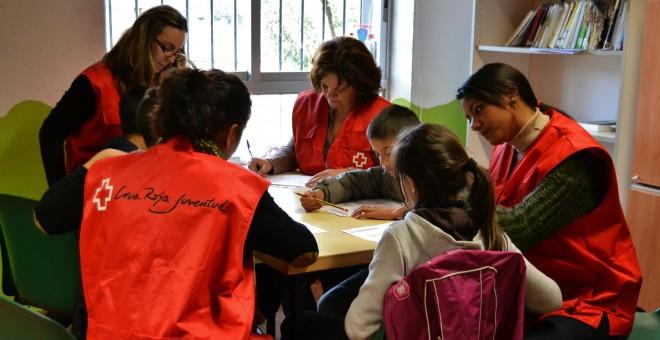 El voluntariado de Cruz Roja Juventud ofrece talleres de refuerzo escolar, merienda y ayudas educativas.