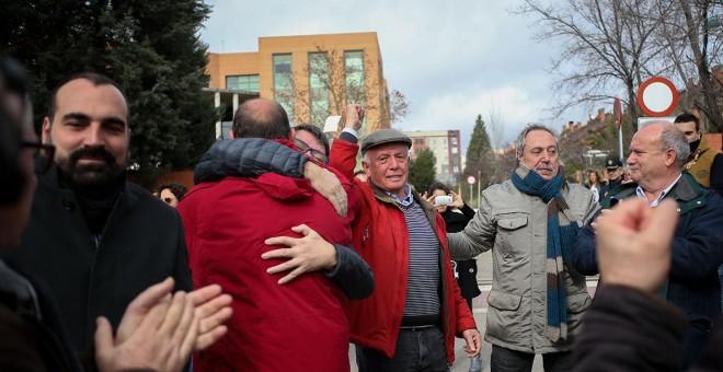 José Alcázar, portavoz de los Ocho de Airbus, emocionado a la salida del juzgado de Getafe.-JAIRO VARGAS