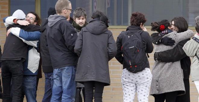 Alfonso Lázaro de la Torre, de 29, uno de los dos titiriteros encarcelados desde el pasado sábado acusados de ensalzar a ETA y Al Qaeda en un espectáculo de carnaval celebrado en Madrid, a su salida de la cárcel de Soto del Real (Madrid).- EFE