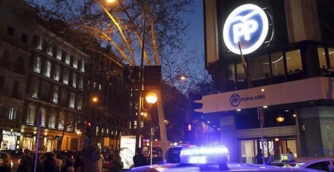 Fachada de la sede del Partido Popular en la calle Genova esta tarde, después de que el juez de la Audiencia Nacional Eloy Velasco haya ordenado cinco registros para investigar posibles pagos del empresario Javier López Madrid al PP madrileño./ EFE