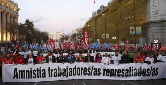 """Un momento de la manifestación convocada por todo el movimiento sindical madrileño en solidaridad con """"los 8 de Airbus"""", que ha transcurrido entre Cibeles y Sol, en Madrid. EFE/Zipi"""