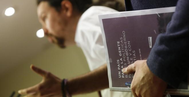 Pablo Iglesias durante la presentación del documento que ha ofrecido a Podemos, IU y Compromís para formar un gobierno de cambio. - REUTERS