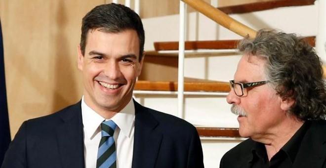 El secretario general del PSOE, Pedro Sánchez, y el portavoz parlamentario de ERC, Joan Tardà, momentos antes de reunirse en el marco de la ronda de contactos que está manteniendo el líder socialista con los grupos políticos antes de someterse a la invest