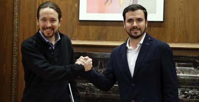 l secretario general de Podemos, Pablo Iglesias (i), y el portavoz de IU-UP, Alberto Garzón, al inicio de la reunión que han mantenido en el Congreso. / ZIPI (EFE)