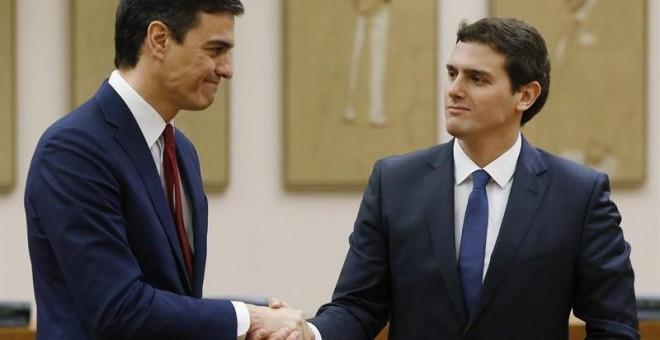 Los líderes de PSOE y C's, Pedro Sánchez y Albert Rivera, durante el acto de firma del acuerdo. EFE/Chema Moya