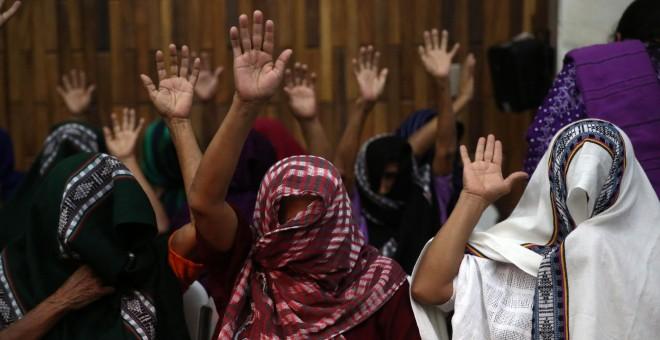 Mujeres víctimas de esclavitud sexual asisten a una audiencia de condena contra el teniente coronel retirado Esteelmen Francisco Reyes Girón y el exparamilitar Heriberto Valdéz Asij en un tribunal en Ciudad de Guatemala (Guatemala). EFE/Esteban Biba