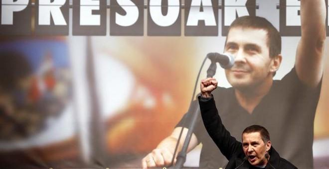 El dirigente de Sortu Arnaldo Otegi, durante una fiesta de bienvenida en la localidad de Elgoibar tras su salida de prisión. EFE/Javier Etxezarreta.