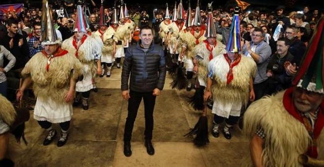 Arnaldo Otegi entra en el acto de bienvenida que se celebra este sábado en Anoeta (Donostia) rodeado de  'joaldunak'  (personajes tradicionales de la cultura navarra que anuncian la llegada del Carnaval) EFE/Javier Etxezarreta