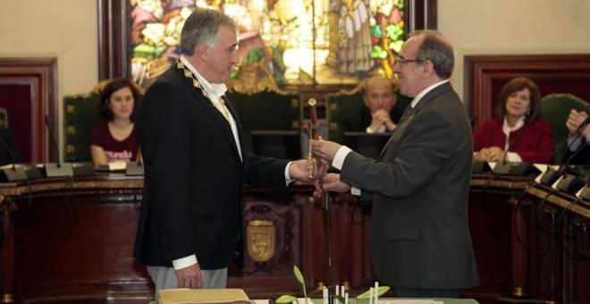 Joseba Asiron en el momento en el que es proclamado alcalde de Pamplona.- ALCALDÍA DE PAMPLONA