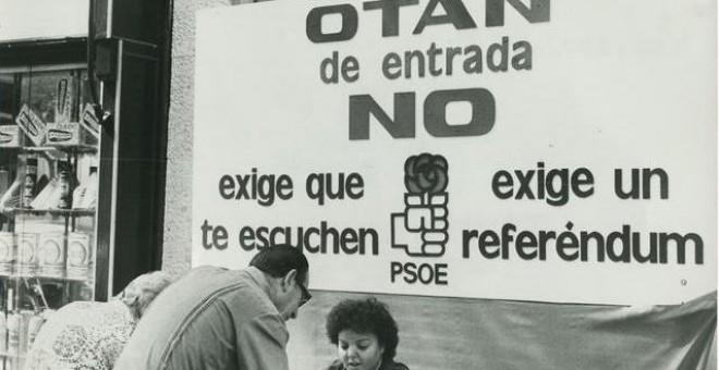 Mesa instalada por el PSOE para recoger firmas en apoyo de su postura respecto al ingreso de España en la OTAN, en septiembre de 1981. EFE