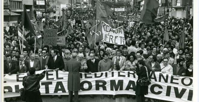 La Plataforma Cívica se manifiesta contra la entrada en OTAN bajo el lema 'Por la Paz en el Mediterráneo - Por la neutralidad de España - Bases fuera', en 1986. EFE