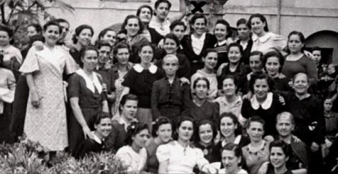 Grupo de presas en la prisión de mujeres de Palma (septiembre, 1941). En la fila superior, la cuarta por la derecha -debajo de la columna- es Matilde (texto y fotografia: 'Matilde Landa') David Ginard Féron
