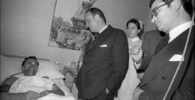 Manuel Fraga, ministro del Interior en el Ejecutivo de Carlos Arias Navarro, acompañado de Rodolfo Martín Villa, titular de Relaciones Sindicales, durante su visita a la residencia sanitaria San José de Vitoria. Fue el 6 de marzo de 1976, tres días despué