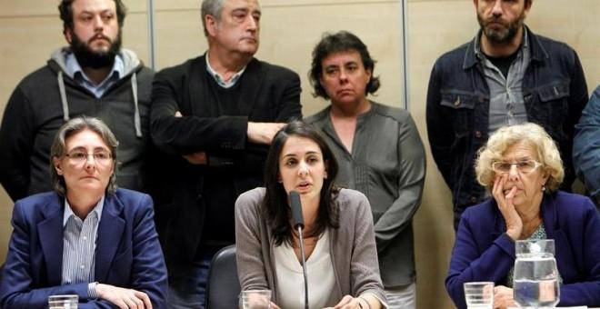 Rita Maestre y Manuela Carmena junto a otros 12 concejales de Ahora Madrid.- EFE