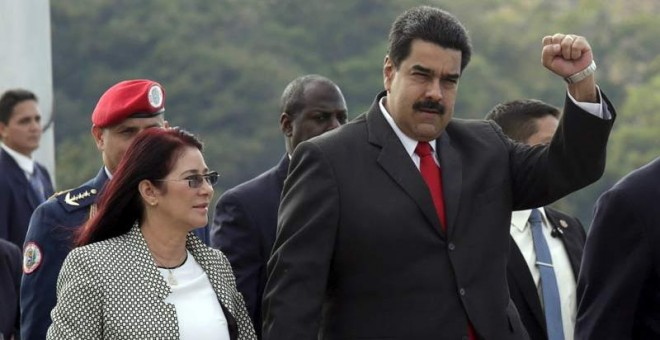 El presidente de Venezuela, Nicolás Maduro, junto a su esposa, saluda a la multitud en la Plaza de la Revolución. / REUTERS