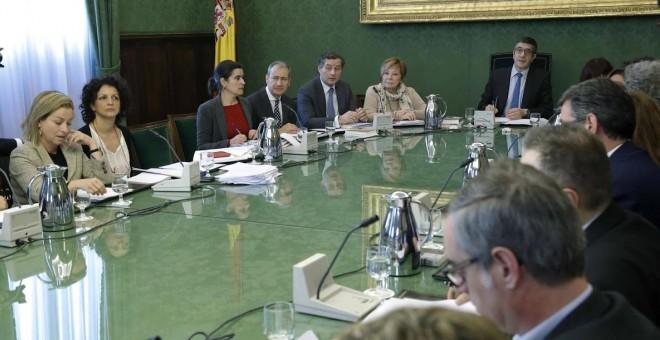 El presidente de la Cámara Baja, Patxi López (d), preside la reunión de la Junta de Portavoces en el Congreso de los Diputados. EFE