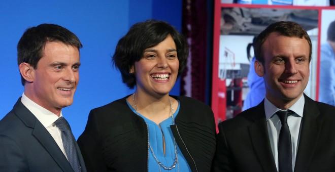 El primer ministro francés, Manuel Valls (izq); la ministra de Trabajo, Myriam El Khomri (C) y el ministro de Economía, Emmanuel Macron, tras una conferencia de prensa para dar a conocer el proyecto de reforma laboral.- REUTERS / Charles Platiau
