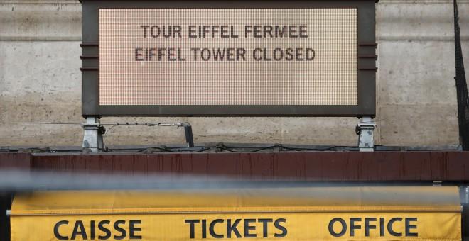 Cartel anunciando el cierre a los turistas de la Torre Eiffel, por la huelga general en Francia contra la reforma laboral de Hollande. REUTERS/Charles Platiau