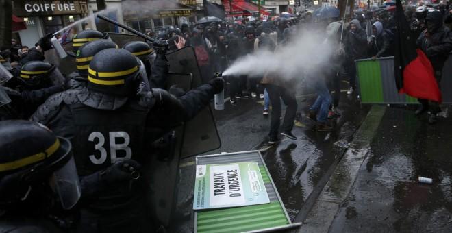 Los antidisturbios franceses utilizan gases lacrimógenos con los estudiantes que se manifiestan en contra de la reforma laboral francesa en París, Francia./ REUTERS / Benoit Tessier
