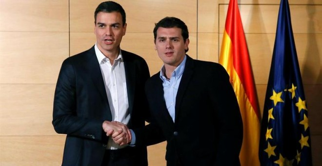 El presidente de Ciudadanos, Albert Rivera (d), y el secretario general del PSOE, Pedro Sánchez, en la reunión que mantuvieron el martes. /EFE