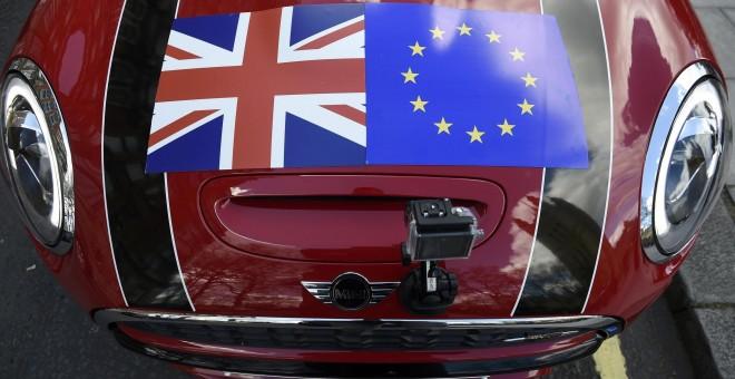 Un coche con una bandera de la Unión y de la bandera de la Unión Europea sobre el capó, en Londres. REUTERS/Toby Melville