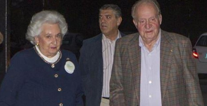 La infanta Pilar de Borbón con el rey Juan Carlos, en una foto del pasado noviembre en el rastrillo de Nuevo Futuro. E.P.