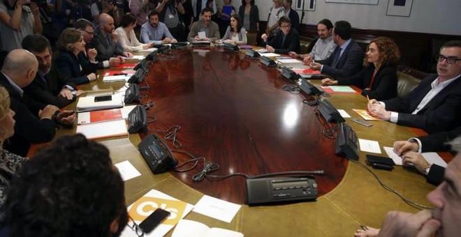 Vista general de la reunión de los equipos negociadores del PSOE,Podemos y Ciudadanos, para explorar la posibilidad de negociar un acuerdo de gobierno, hoy en el Congreso de los Diputados. EFE/Paco Campos