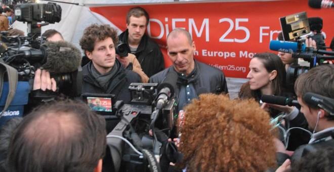 El exministro de Finanzas griego, Yanis Varoufakis, en la plaza de la República de París. - F.G.